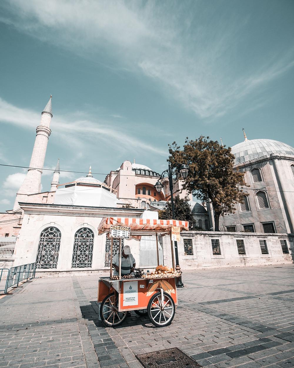 Торговец кукурузой и жареными каштанами, Стамбул, Турция