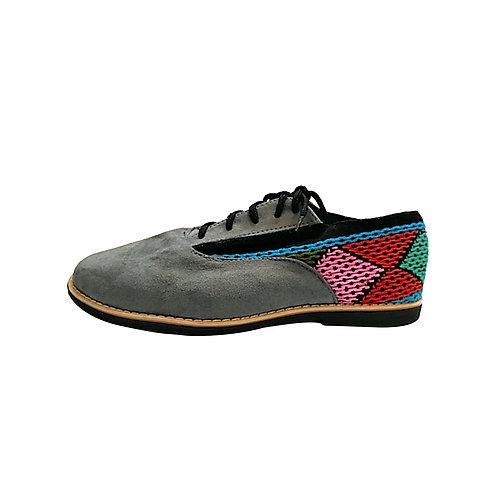 Zapato gris con bordado