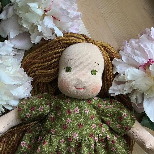 Девочка в зеленом платье в цветочек