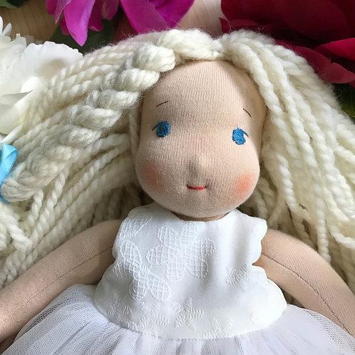 Девочка в белом бальном платье