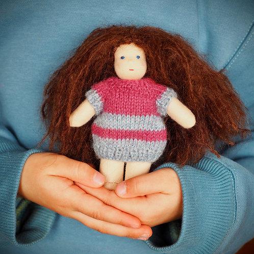 Крошка-брюнетка в платье на пуговке.