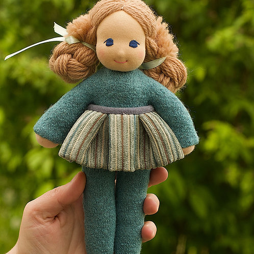 Русая девочка в костюме цвета морской волны.