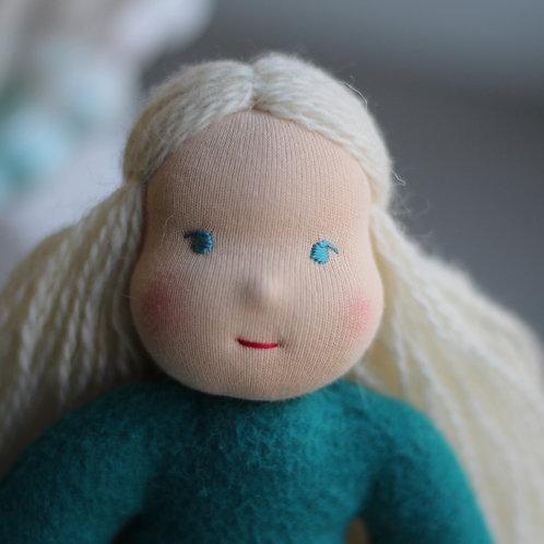 Блондинка в изумрудном.