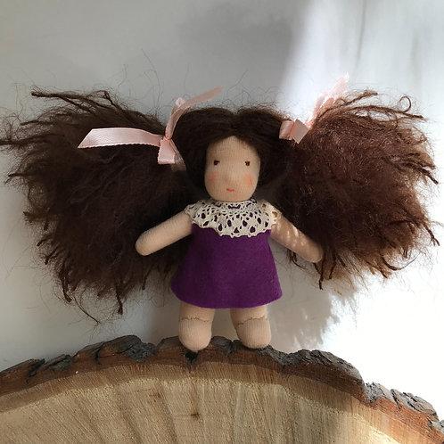 Брюнетка в фиолетовом платье.