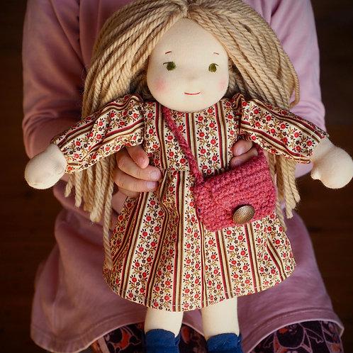 Девочка со светлыми волосами и зелеными глазами.