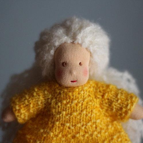 Блондинка в желтом платье.