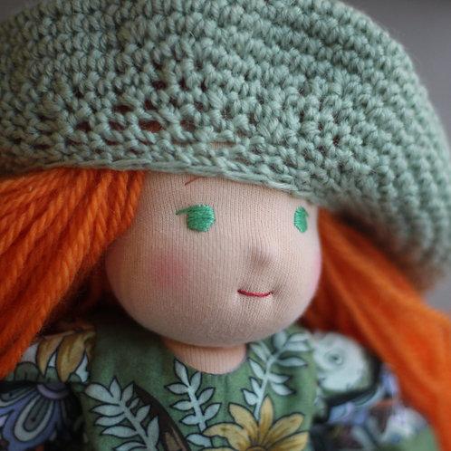 Рыжая девочка в зеленом берете.