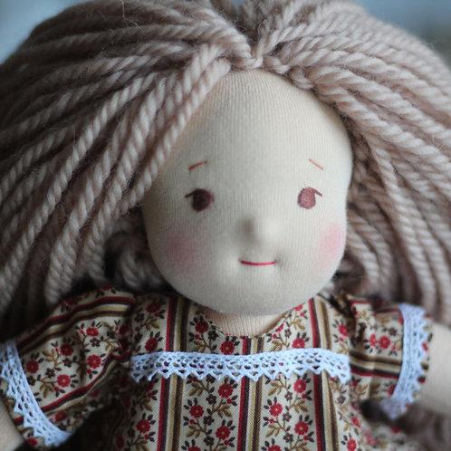 Русая девочка с белой шалью.