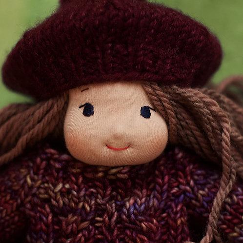 Девочка в фиолетовой беретке с помпоном