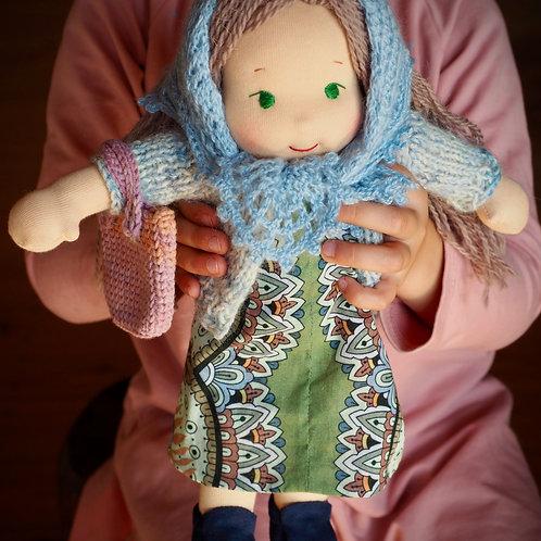 Девочка в ажурном платке.