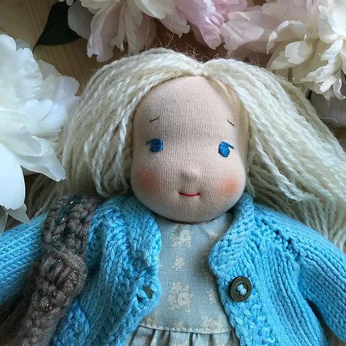 Блондинка в голубом