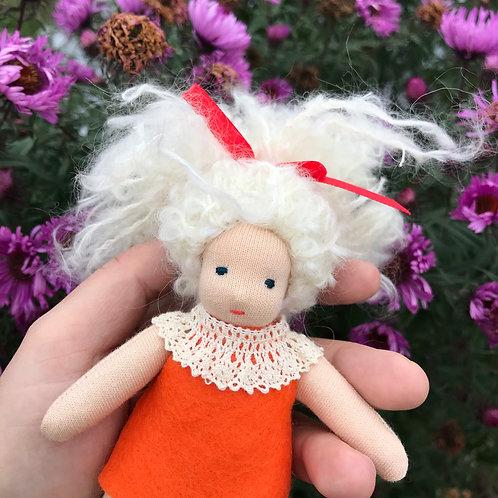 Блондинка в оранжевом платье.