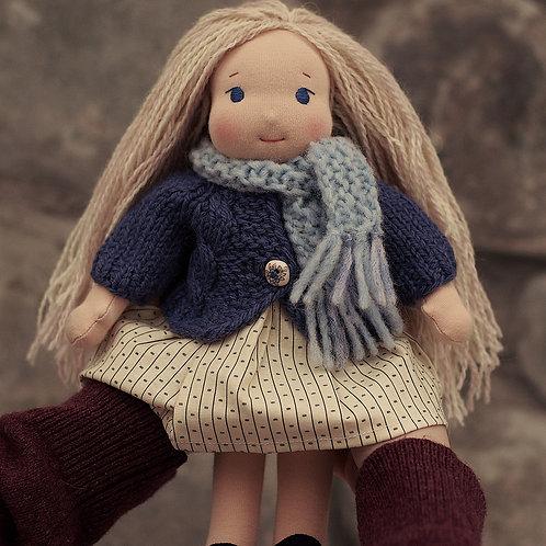 Блондинка в голубом шарфе.