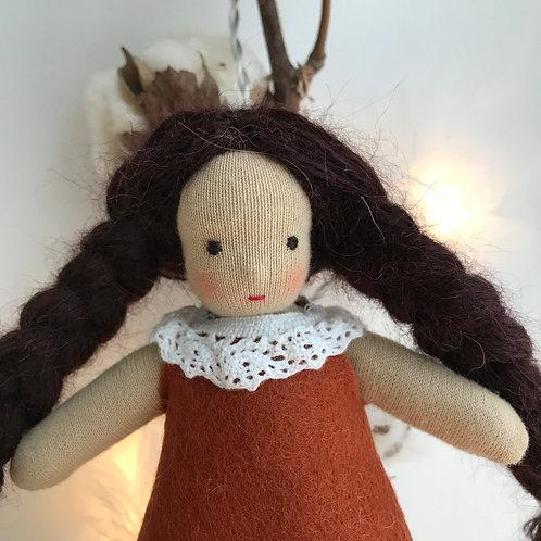 Брюнетка в коричневом платье