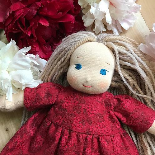 Русая девочка в малиновом платье