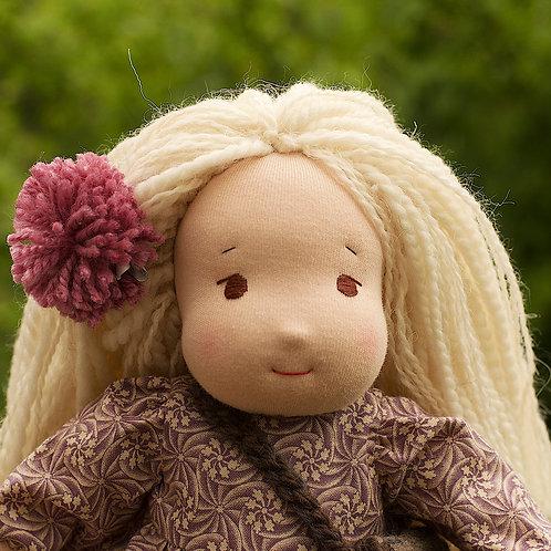 Блондинка с серой сумочкой.