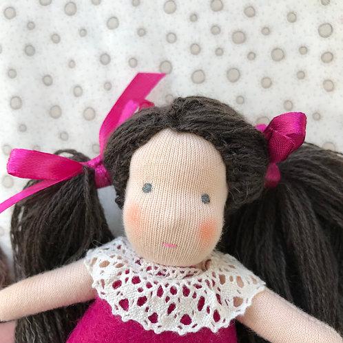 Брюнетка в розовом платье.