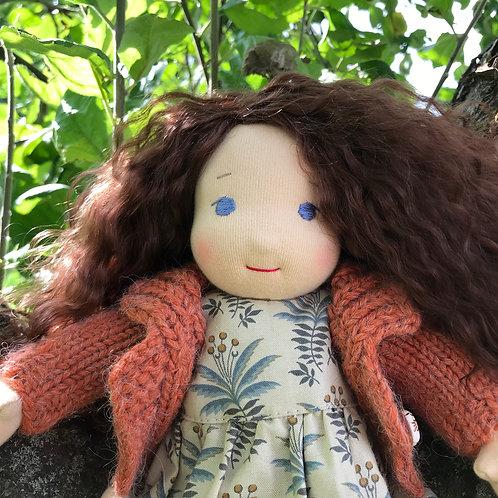 Девочка с каштановыми волосами.