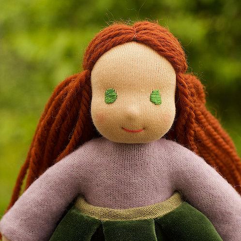 Темно-рыжая девочка в зеленой бархатной юбке.