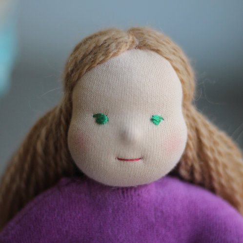 Русая девочка в сиреневом.