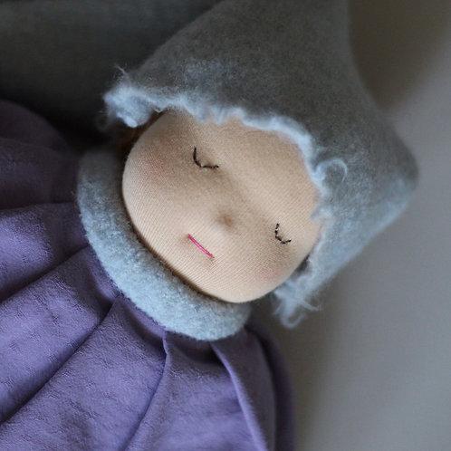 Спящий Пупс в голубом колпаке.