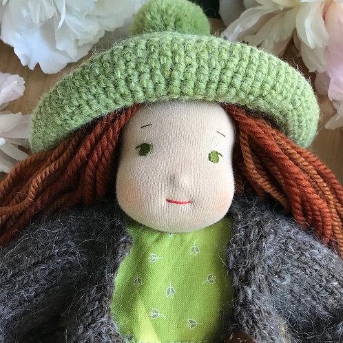 Девочка в зеленой вязаной панамке