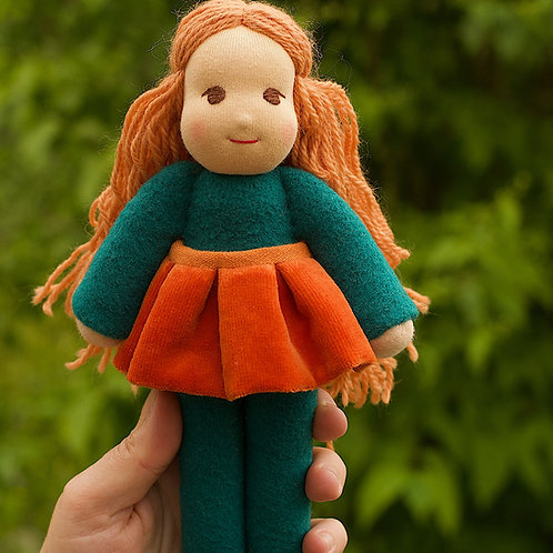 Рыжая девочка в оранжевой бархатной юбке.
