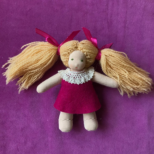 Русая девочка в малиновом платье.