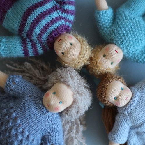 Семья светловолосых кукол.