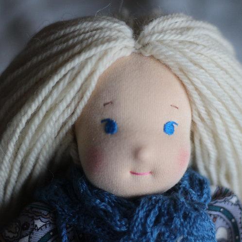 Блондинка в синей шали.