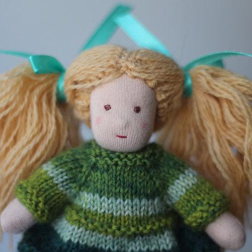 Девочка в зелёном платье.
