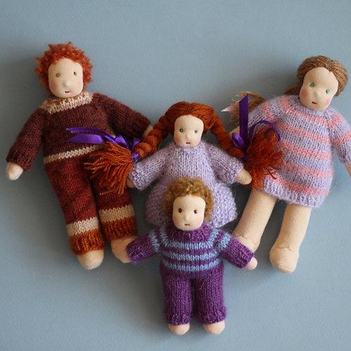 Семья рыжих и русых кукол.