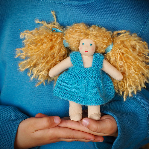 Кудрявая крошка в ярко-голубом платье.