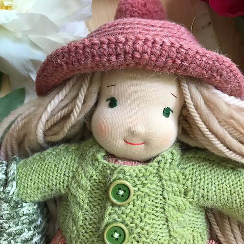 Блондинка в розовой вязаной панамке