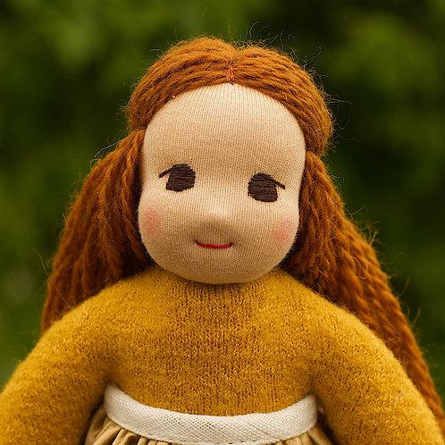 Темно-рыжая девочка в золотой шелковой юбке.