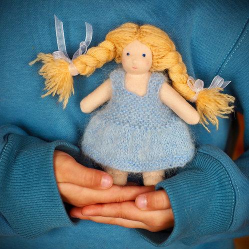Крошка в нежно-голубом платье.