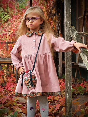 Платье розового цвета.
