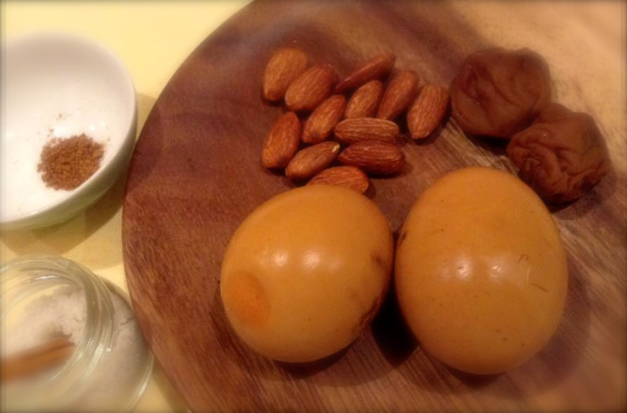 卵と梅干しの薫製 食べる瞑想