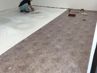 真っ白な床と大理石風の床