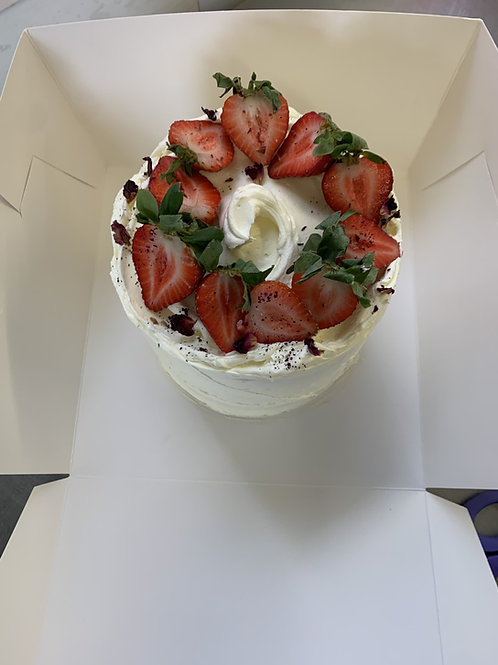 Strawberry & vanilla buttercream cake (16 portions)