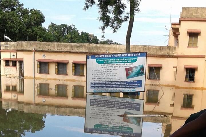 বেহুলার জলে মৌলপুর হাসপাতালে ২০টি ওয়ার্ডের মধ্যে ১৫টিই জলমগ্ন