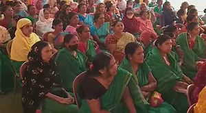 কর্মীসভায় অঙ্গনওয়াড়ি কর্মী, নির্বাচন কমিশনে অভিযোগ