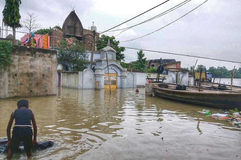 রশিদপুরে ৮১ নম্বর জাতীয় সড়কের উপর দিয়ে মহানন্দার জল বইছে