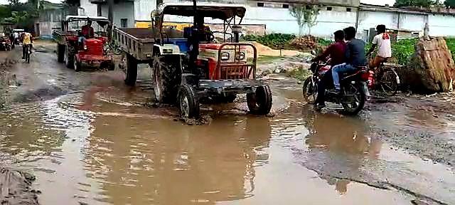 Demand for Harishchandrapur Shahid More road reform