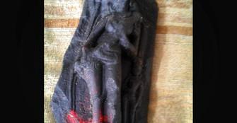 মাটি খুঁড়তেই বেরিয়ে এল কষ্টিপাথরের দেবমূর্তি