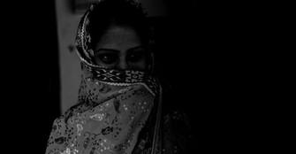 দ্বিতীয় বিয়ে আটকাতে শ্বশুরবাড়ির সামনে ধরনায় স্ত্রী, আত্মহত্যা হুমকি