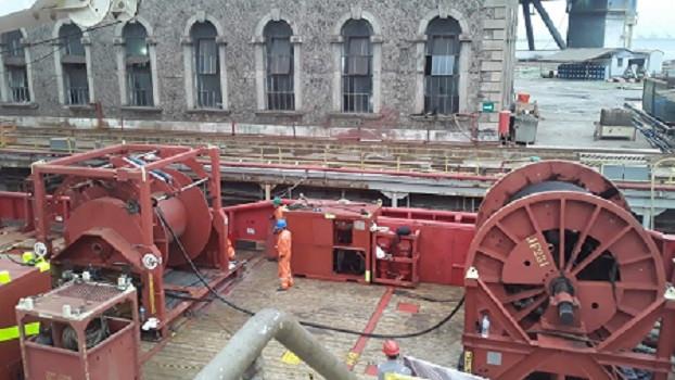 Manuseio de cabos em portos e estaleiros