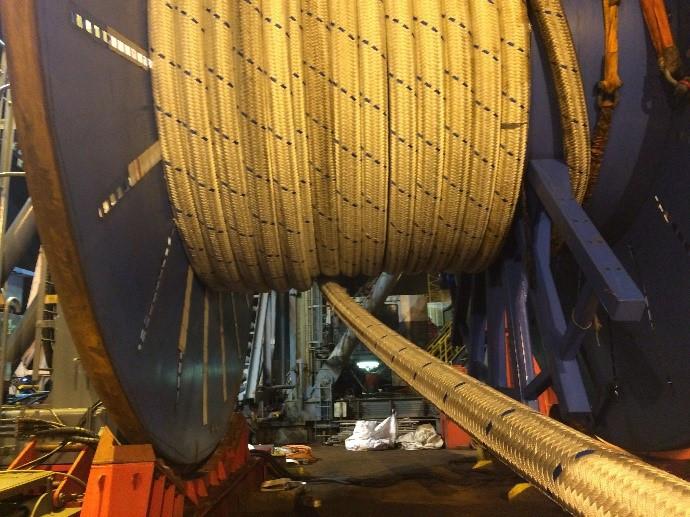 Manuseio de cabos de fibra de poliester