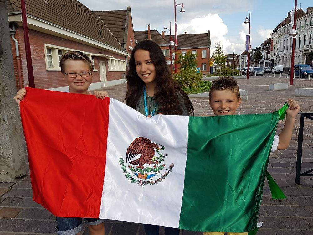 Elève mexicaine avec drapeau du Mexique