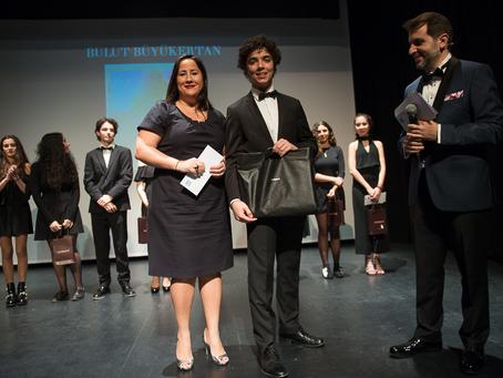 Cacharel récompense 2 lycéens étrangers en recherche d'une famille d'accueil.